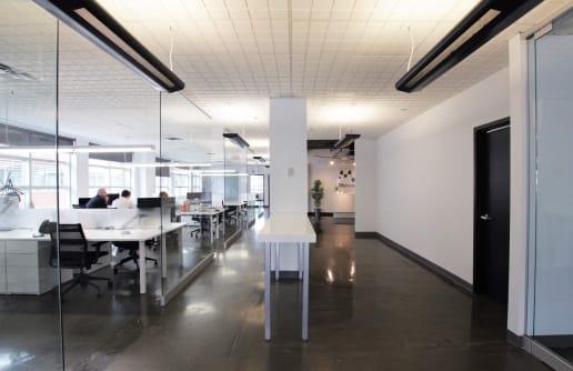 Bureau ouvert et lumineux à Montréal