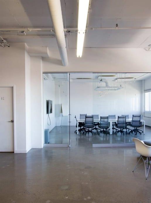 Rénovation générale de bureaux contemporains à Montréal